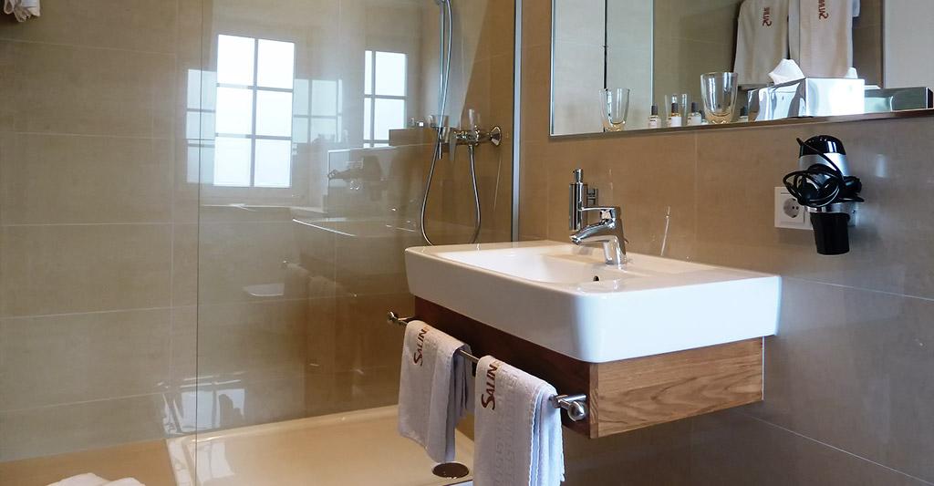 Dusche und Bad im Hotelzimmer