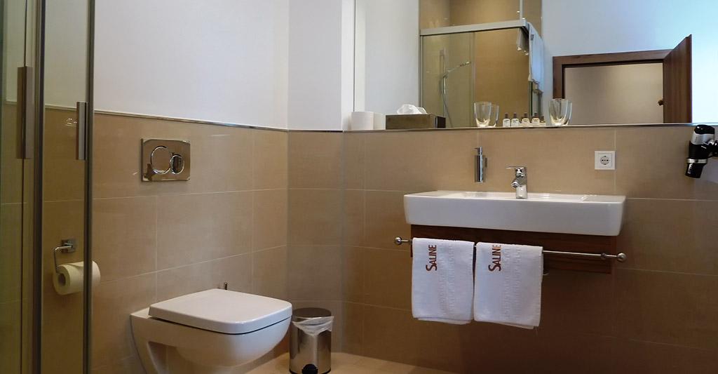 Bad mit Dusche im Hotel-Saline